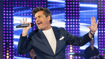 Thomas Anders singt impulsiv in ein Mikrofon